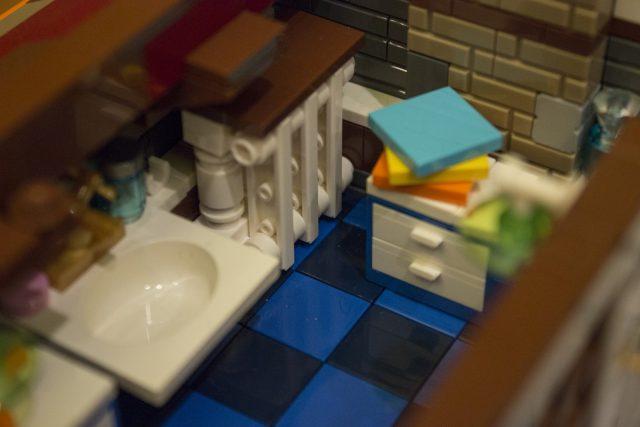 primo piano bagno lavandino mobiletto con asciugamani e termosifone 606
