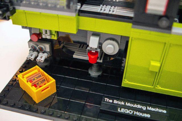 LEGO-House-The-Brick-Moulding-Machine-40502
